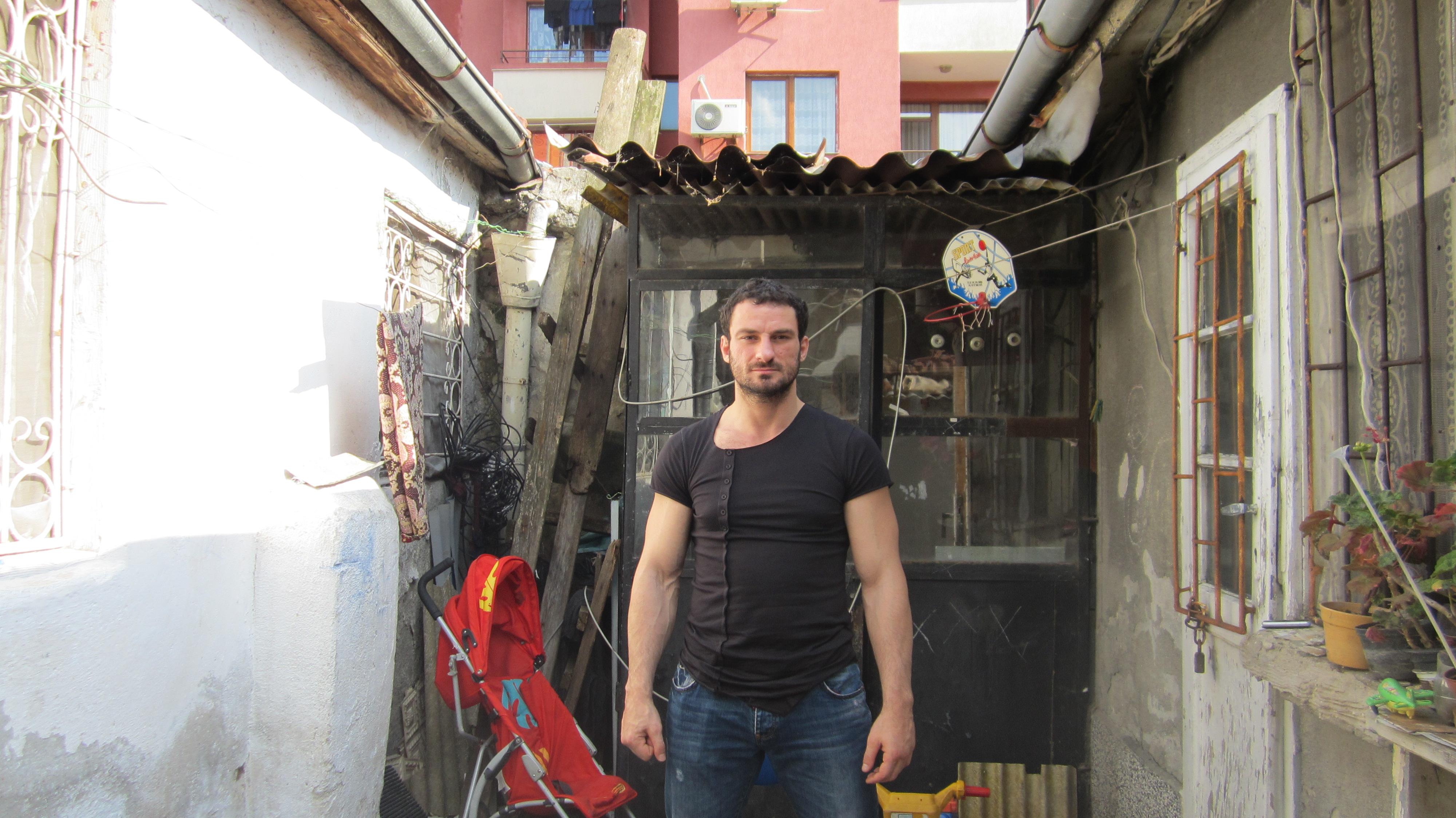 """Самопрогласениот """"ловец на мигранти"""" Петар Низамов во неговиот дом во крајбрежниот град Бургас / Фото: Александрина Гинкова"""