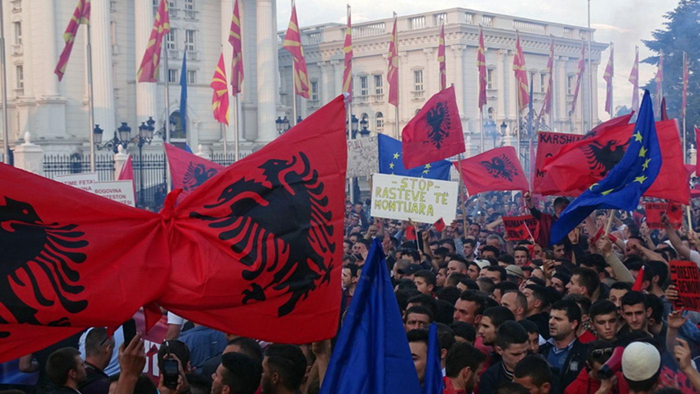 Албанските партии првпат во историјата на плурализмот, имајќи го клучот за формирање на новата влада, се обидуваат да го искористат политичкиот момент за да испорачаат што повеќе барања / Фото: БИРН